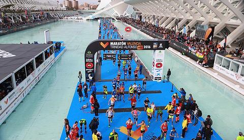 Spektakulært: Oppløpet går langs et blått podium bygd for anledningen over vannbassengene rundt de imponerende kulturbyggene. (Foto: kjell Vigestad)