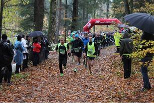 Fra årets Løberen Skovmarathon som gikk i kjølig vær med regn og vind (Arrangørfoto)