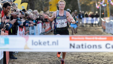 Sondre Nordstad Moen hadde tid til å ta en seiersgest da han vant Warandeloop i Nederland søndag. (Foto: Det europeiske friidrettsforbundet)