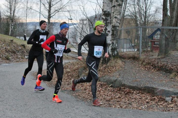 Teten i herreklassen 500 meter før målgang, Christian Grønvold foran vinneren Glen Røisgaard og Roger Thompson (foto: Olav Engen).