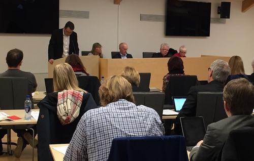 Kommunestyremøtet med podiet og talerstol 7. desember