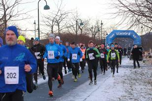 Omkring 80 løpere stilte til start på halvmaraton i 2015. Foto: Kjell Vigestad