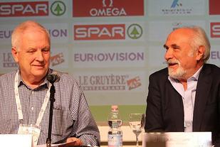 Muntert: Svein Arne Hansen og den lederen av den italienske organisasjonskomiteen under pressekonferansen.