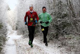 Ståle Gjelsten har tatt igjen Simen Rustad ca halvveis i ultraløpet og løp deretter inn til en klar seier i sin ultraløpsdebut (foto: Bjørn Hytjanstorp).