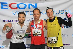 Premiepallen menn 5 km under Adventløpet : I midten vinner Terje Simmenes, til venstre Matias Oppedal, til høyre Bjørn Tore Kronen Taranger