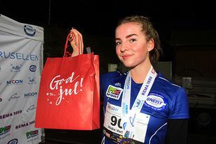 Maike Verhofstad fra Gneist vant 5 km for kvinner. Necon-bagen, som går til vinnerne, var i anledningen gjort om til en julehilsen.