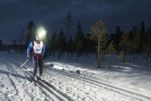 Ingen kommer gjennom de 220 kilometerne i Nordenskiöldsloppet utenå ta i bruk pannelampe...  (arrangørfoto).