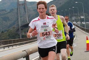 Vurdert ut fra Veterantabellene er det Kari Langerud som har det beste halvmaratonløpet på veteransiden i år med 1.29.03 fra Fredrikstadløpet i våres. Bildet er fra Knarvikmila i 2014 som også omfattet NM på halvmaraton (Foto: Kjell Vigestad).