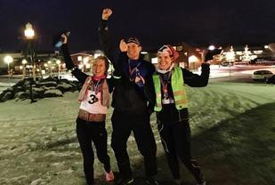 Fornøyde løpere etter fullført maraton i realt vintervær: Lena- Britt Johansen, Hallvard Schjølberg og Wenche Johansen (arrangørfoto)