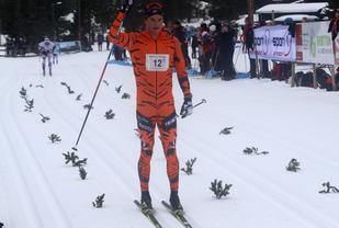En fornøyd Torgeir Skare Thygesen etter å ha sikret seg seieren på de siste kilometerne med toeren Øystein Pettersen i bakgrunnen. (Foto: Kjell Arild Andersen)