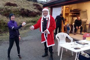 Ingrid Rainseth vinner kvinneklassen og mottar et Flax-lodd. -  (Foto : arrangøren)