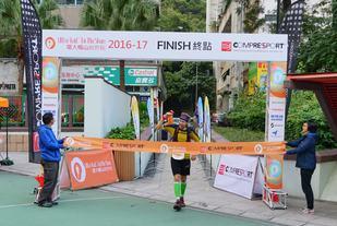 Sondre Amdahl løper i mål som vinner i TTF (foto: Ultra-Trail® Tai Mo Shan).