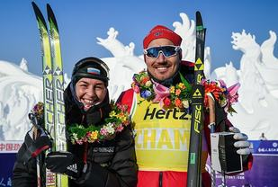 Andreas Nygaard, her etter seieren i  Vasaloppet China, sammen med Olga Rocheva. (Foto: Visma Ski Classics)