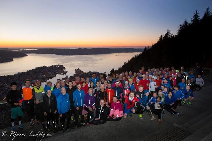 Deltagerne samlet på toppen etter endt løp. Foto : Bjarne Ludvigsen