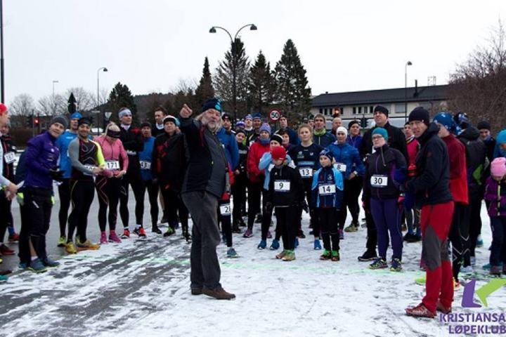 Fra starten ved Kristiansand stadion. Kalle Glomsaker, DNM-Mandal gir nyttige instrukser før start (Foto: krslop.no/facebook).