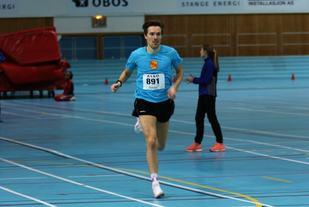 Sverre Solligård løper inn til seier på 800 m søndag. (Foto: Egil M. Kristiansen)