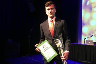 Jakob Ingebrigtsen var til stede og kunne stolt motta prisen som i tillegg til et diplom også bestod av et treningsstipend på 10 000 kr. (Foto: Norges Friidrettsforbund)