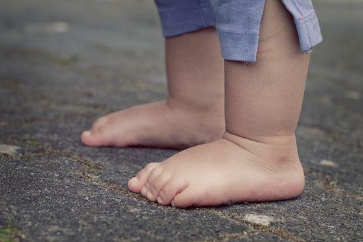 Illustasjonsbilde - barne føtter