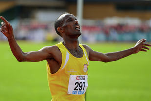 Weldu Gebretsadik fra BUL var beste herreløper på maraton i 2016. På bildet løper han inn til NM-gull på 10.000 m i 2014. (Foto: Erling Pande Braathen)