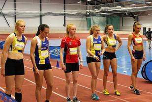 Jentene er klar til start, og raskest var Marte Nyborg som står helt til høyre. (Foto: Vinterligaen)