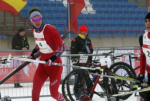 Øyvind Bjerkseth kan se lederen av U23-konkurransen Vasin i det han legger ut på den avsluttende skidelen. Foto: Paul Groves, European Triathlon Union