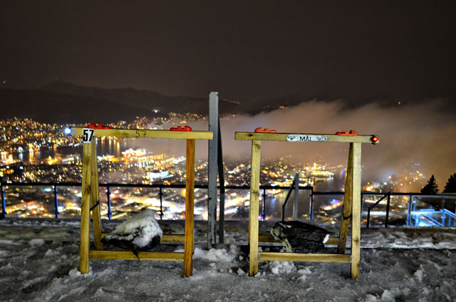 Stemplingsurene klar på toppen av Fløyen med utsikt over byen