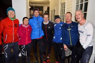 Vinner av kvinneklassen Elise Orten sammen med glade Varegg-gutter på toppen
