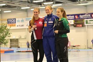 Fornøyde kvinner med medalje etter fullført 3000 meter