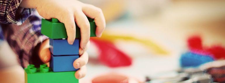 Bilde av barn som bygger lego