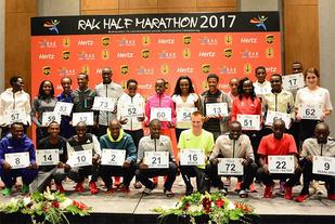 Sondre Nordstad Moen med startnummer 16 skilte seg ut som eneste mannlige ikke-afrikaner i eliteklassen. (Foto: arrangøren)