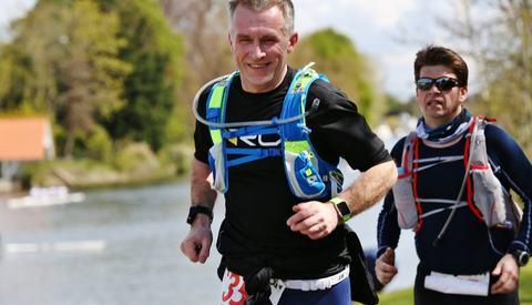 Tomas Pinås under Thames Path 100 miles i 2016  (foto: Stuart March)