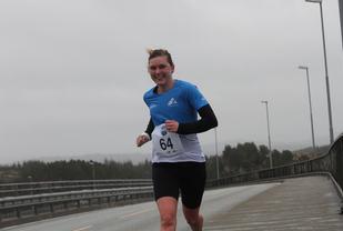 Cecilie Landro passerer over Rongesundsbroen i kraftig vind under løp 2