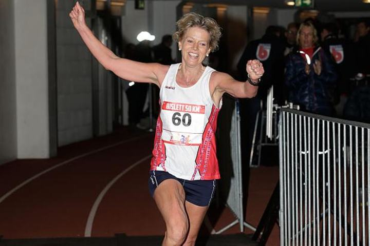 Rita Nordsveen jublende i mål til ny norsk rekord på 50 kilometer (foto: Per Inge Østmoen).