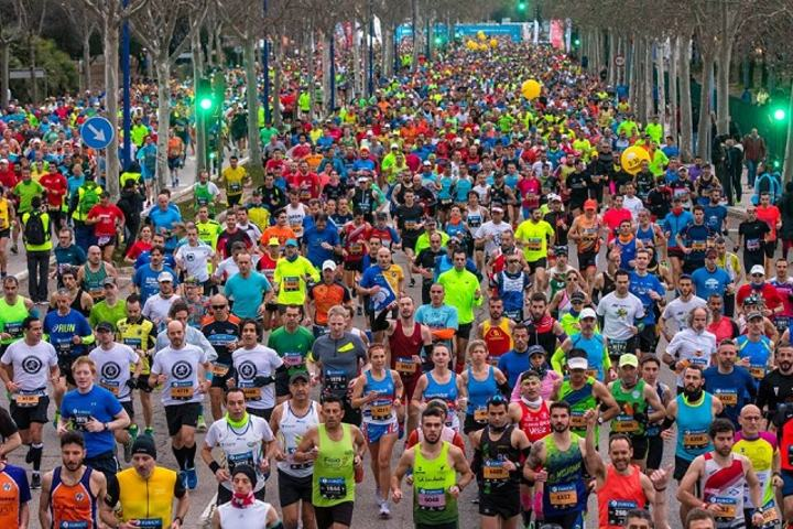 Sevilla Marathon går gjennom sentrale deler av byen og passerer de fleste av byens historiske monumenter. Mål er inne på La Cartuja Stadium hvor VM i friidrett gikk i 1999 (Foto: Sevilla Marathon/Facebook).
