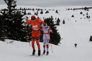 Lynduoen Anders Mølmen Høst (i Team Leaseplan-drakt) og Joar Thele alene i tet på løypas høyeste punkt på den første runden.