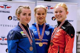 Premiepallen 1500m jenter 18/19: Maike Verhofstad, vinner Malin Edland og Marie Eide Roalkvam.