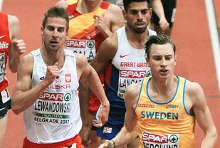 Marcin Lewandowski sørga for en av Polens sju gullmedaljer mens Kalle Berglund tok en av Sveriges to sølvmedaljer i EM. Her ser vi dem i tet under 1500 m-finalen i Beograd. (Foto: Mark Shearman)