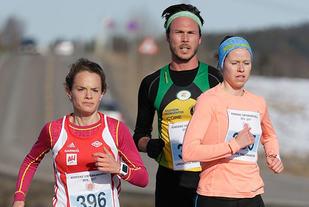 Runa Skrove Falch og Silje Fjørtoft var raskest i kvinneklassen, her med mellomdistanseløper Andreas Roth på slep. (Foto: Per Inge Østmoen)