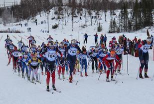 Fra starten på jentenes stafett på NMs avsltningsdag. Opplands vinnerlag med nr 154 er helt fremme allerede fra start. (Foto: Trond Arne Liavik)