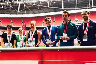 Maria Wågan (tredje fra venstre) vant og Ola Berg Fines (tredje fra høyre) ble nummer tre i North London Half Marathon. (Foto: arrangøren)