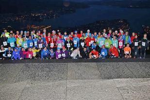 Flesteparten av løperne samlet etter målgang.