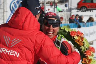 Justyna Kowalczyk får seierskransen av birkensjef Jo Ellevold.