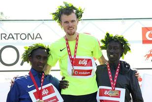 Jake Robertson fra New Zealand (midten) vant foran kenyanerne Jamaes Wangari Mwangi (til venstre) og Edwin Kibet Koech. (Foto: Arrangøren)