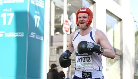 Christian Aarstad Odgaard ved 17 miles (27 km-merket) og på vei mot Guinness rekord (Foto: Skechers Performance Los Angeles Marathon)