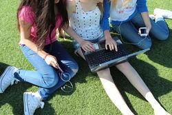 Ungdom med PC på gresset