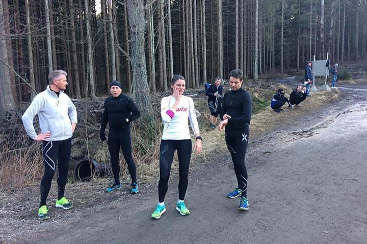 Solen er iferd med å gå ned i skogen men Terje Rød, Steinar Basberg og Kathrine Ruud Hansen (raskeste kvinne) koser seg for det. Foto: Arne-Johan Martinsen