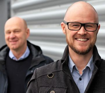 Med briller: Christian Langvatn, produktsjef i Sticos  Bak: Leif Arild Grytbak, Administrerende direktør i Sticos