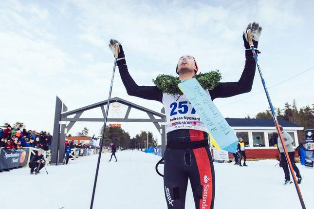 Andreas Nygaard passerer mål etter 220 km på ski. (Foto: Nordenskiöldsloppet)