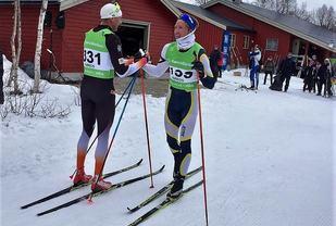 Karstein Johaug jr. (til høyre) gratulerer Niklas Dyrhaug med nok en seier i Kromgruverennet. (Foto: Carina Ødegård Øglænd)