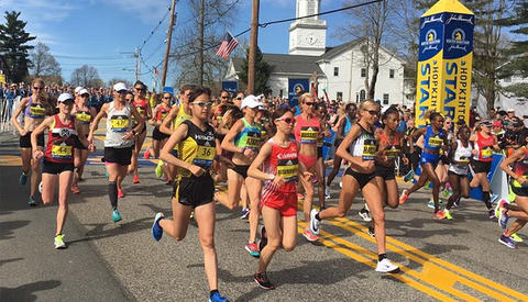 Kvinner elite starter ca. en halvtime før herre- og massefeltet i Boston. Med sola i fjeset og vinden i ryggen legger de av gårde fra Hopkinton. (Foto: arrangøren)